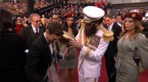 Sacha Baron Cohen spills ashes on Ryan Seacrest at 2012 Oscars